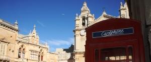 Cabinas inglesas en plazas medievales, curioso contraste